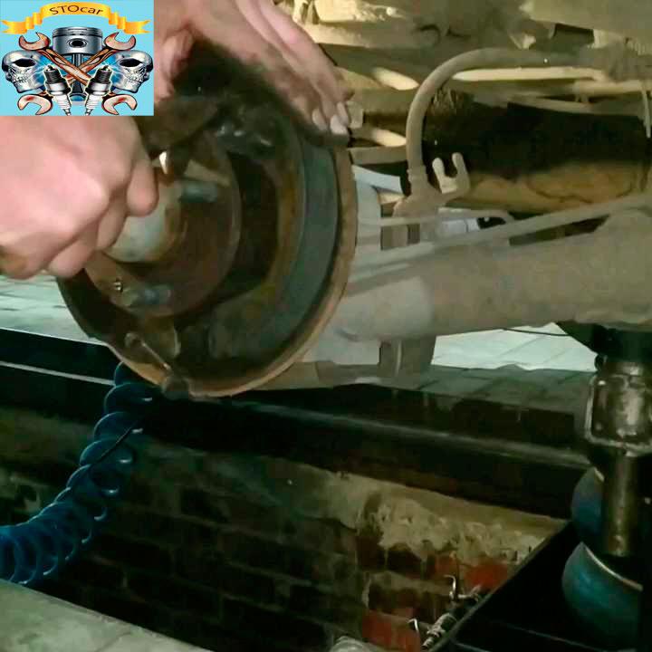 Замена задних тормозных колодок на автомобиле Chevrolet Aveo T250